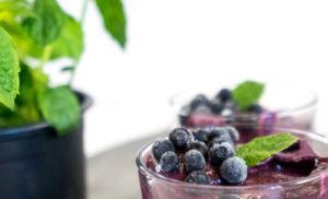 Smoothie-Bowl mit Blaubeeren und Spinat