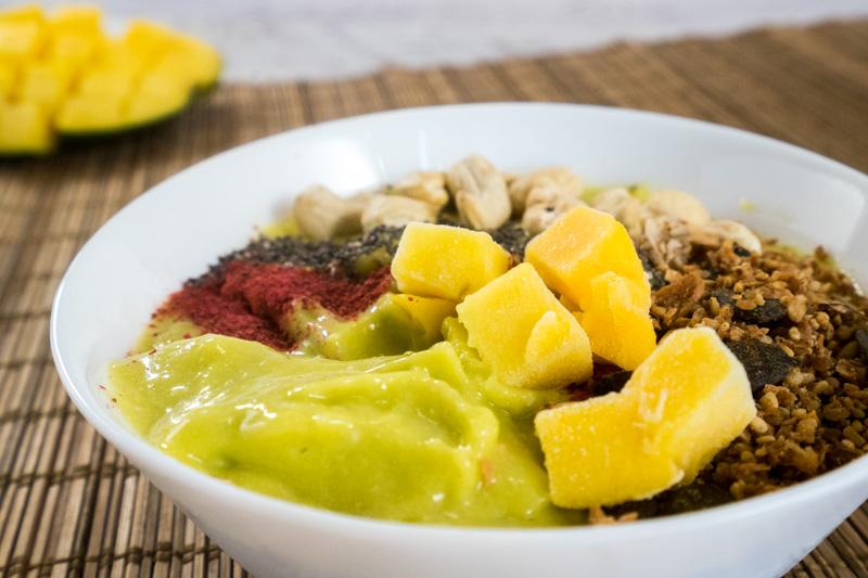 Für den Frische-Kick am Morgen: Avocado-Mango-Bowl